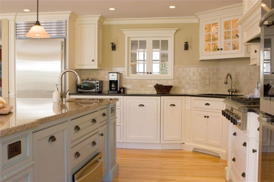 Kitchens with white cabinets for Kitchen cabinets handles ideas