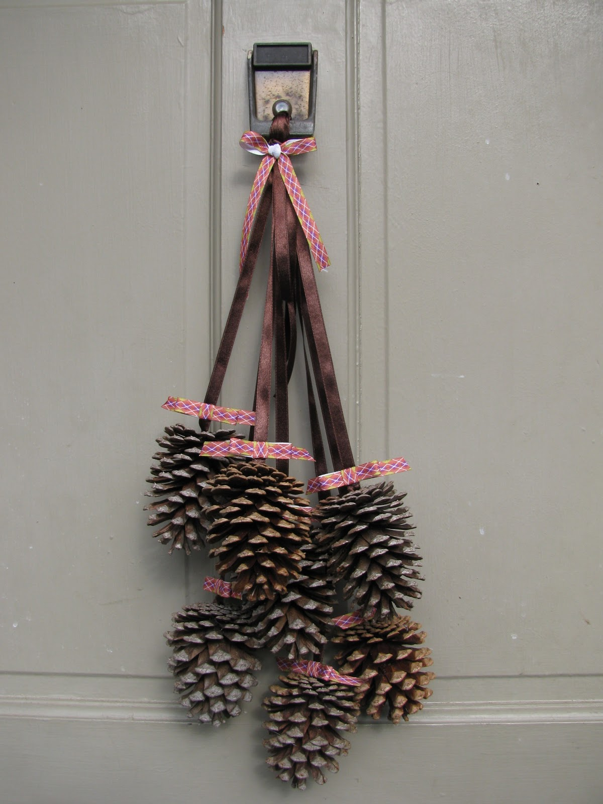 Diy door decoration ideas for Pine cone door decoration