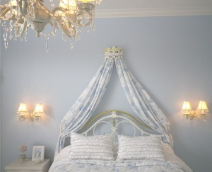 Crowned bed canopy