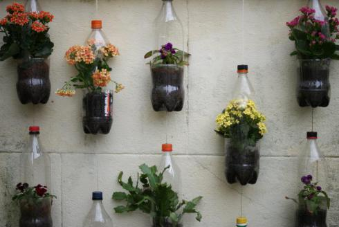 Easy vertical garden diy ideas for small spaces - Plastic bottle vertical garden ideas ...