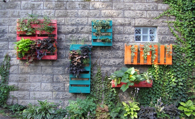 Easy vertical garden diy ideas for small spaces for Vertical pallet garden